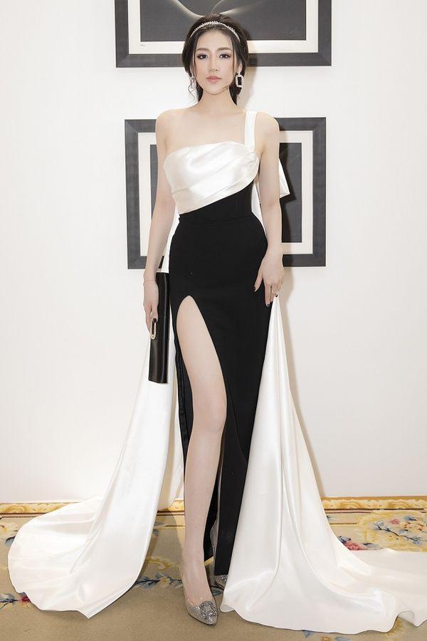 Tông màu đen, trắng cơ bản cùng dáng bất đối xứng khiến chiếc váy của á hậu Tú Anh nhận được vô vàn lời khen ngợi về sự tinh tế.