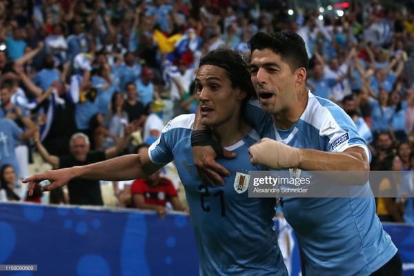 Cavani toả sáng để giúp Uruguay có ngôi đầu bảng C.