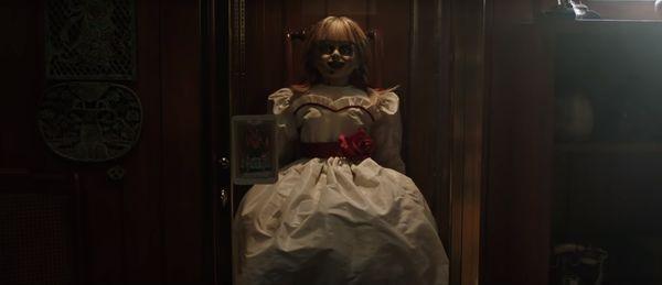 Annabelle được giam giữ trong chiếc tủ kính với lá bài tarot dán phía trước.