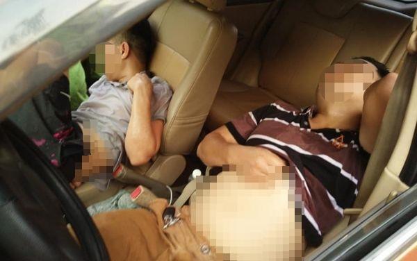 Xe ô tô mất lái lao lên vỉa hè Hà Nội, 2 thanh niên ngồi trên xe ngả ghế nằm ngủ