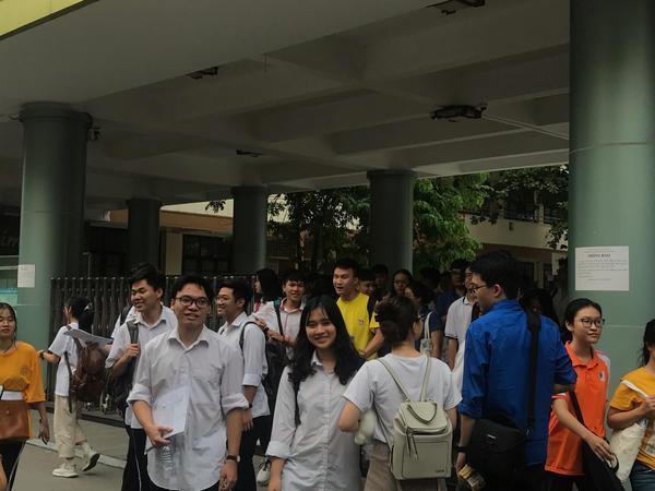 Tại điểm thi trường THPT Nguyễn Tất Thành, nhiều thí sinh bước ra khỏi phòng thi