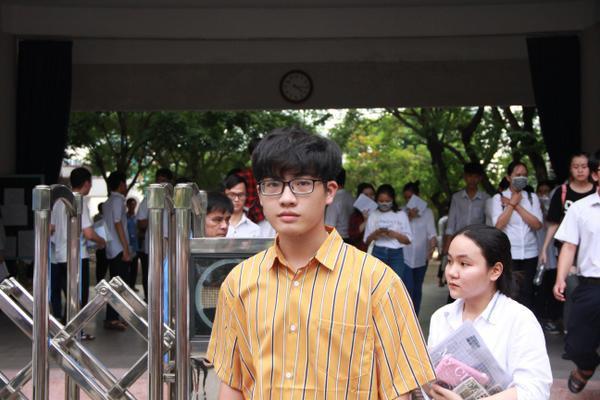Nam sinh điển trai tại điểm thi THPT Phan Châu Trinh.