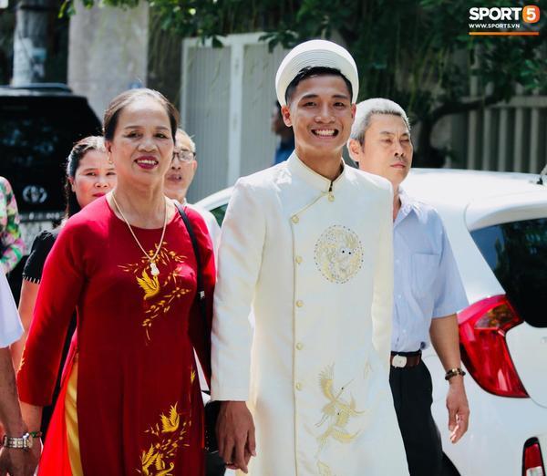 """Hôm nay, fan đội tuyển Việt Nam đã gửi rất nhiều lời chúc mừng đến lễ ăn hỏi của Bùi Tiến Dũng cùng cô dâu Khánh Linh. Bên cạnh những lời chúc mừng, các fan nữ cũng thể hiện sự tiếc nuối khi thấy chàng cầu thủ điển trai """"dừng chân""""."""