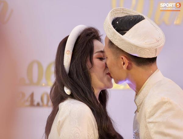 Giây phút cả hai trao nhau nụ hôn ngọt ngào.