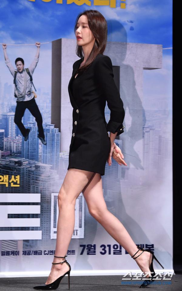 Họp báo Exit: Yoona (SNSD) xém lộ hàng vì mặc váy ngắn, tươi như hoa bên Jo Jung Suk ảnh 6