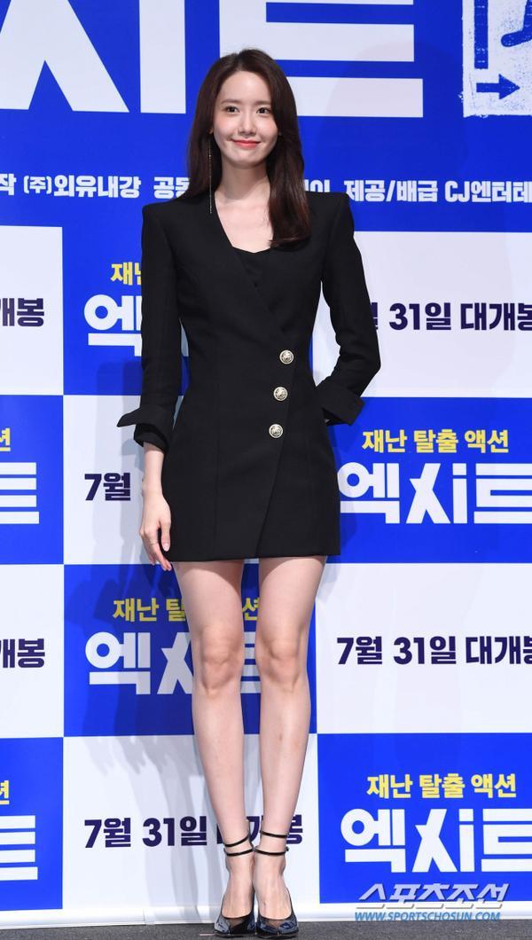Họp báo Exit: Yoona (SNSD) xém lộ hàng vì mặc váy ngắn, tươi như hoa bên Jo Jung Suk ảnh 5