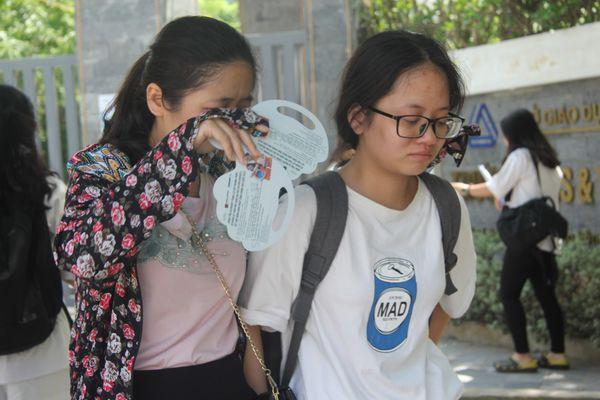 Nghe cô con gái nói không làm được bài như mong muốn, mẹ của Linh bật khóc ôm lấy con.
