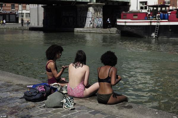 Ba cô gái hạ nhiệt bằng cách ngồi bên kênh đào Canal de l'Ourcq, Paris hôm 28/6 Các nhà khí tượng học cho biết luồng không khí nóng từ Sahara là nguyên nhân gây ra đợt nắng nóng đầu mùa hè bất thường ở châu Âu.Tổng thống Pháp Emmanuel Macron cảnh báo thời tiết khắc nghiệt hiện nay có thể sẽ trở nên thường xuyên hÆ¡n do hậu quả của sá»± nóng lên toàn cầu.