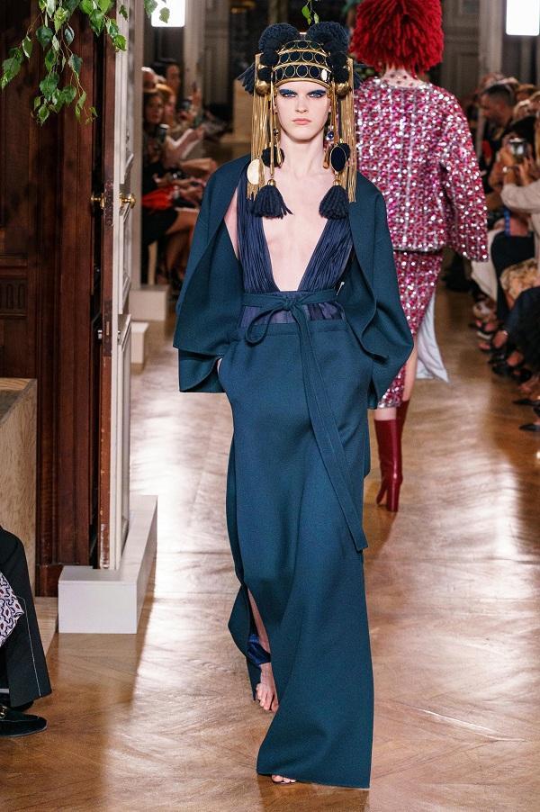 Người mẫu nam trong trang phục váy của Valentino gây ấn tượng và thu hút trong show