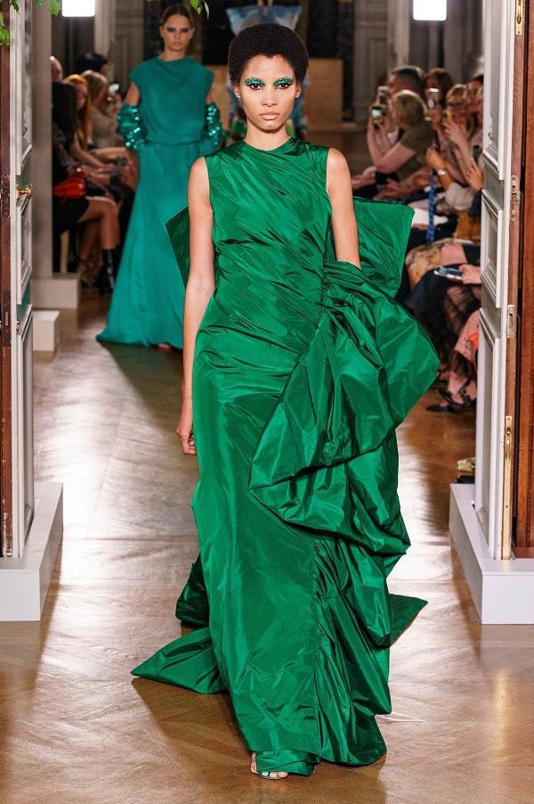Trong BSt Haute Couture lần này, giám đốc sáng tạo Pierpaolo Piccioli đem tới 71 thiết kế công phu với các gam màu nóng rực rỡ