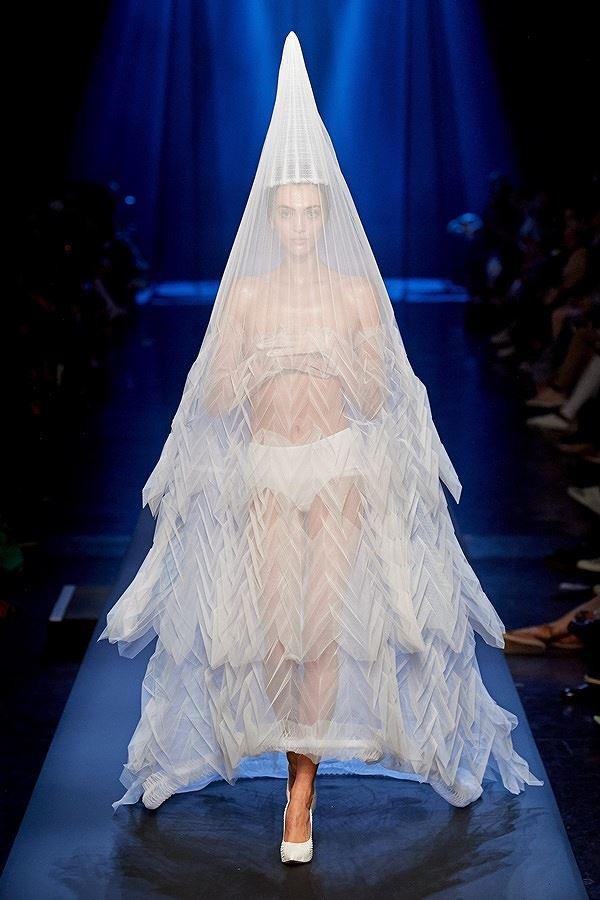 Trước khi kết thúc show nhà thiết kế Jean Paul Gaultier , sự xuất hiện một người mẫu chỉ mặc riêng quần lót và phủ bên ngoài một chiếc khăn lưới trắng khá mỏng lập tức gây thu hút toàn bộ khán giả và gây xôn xao tranh cãi