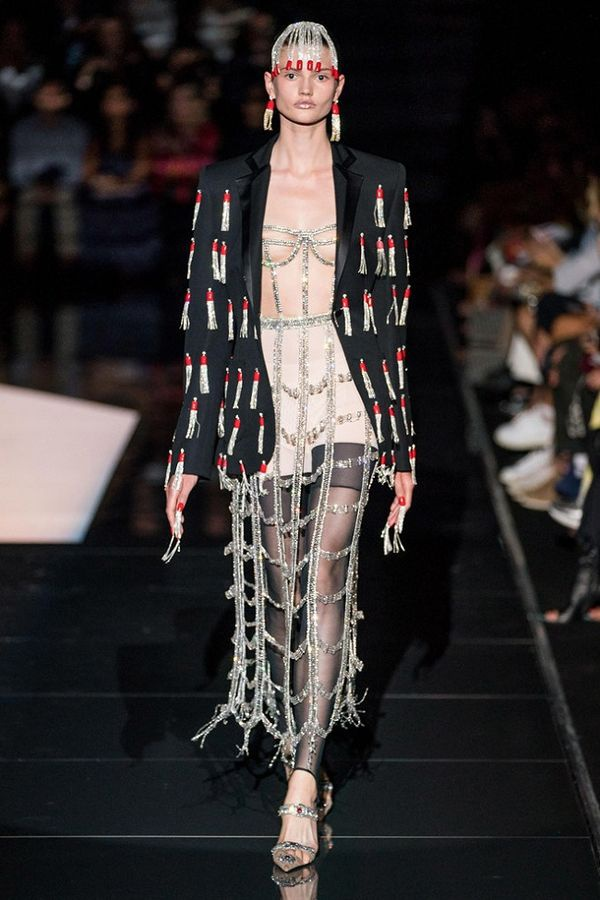 Trước đó trong show của thương hiệu Schiaparelli , dàn mẫu cũng khoe trọn vòng một trong các thiết kế cá tính
