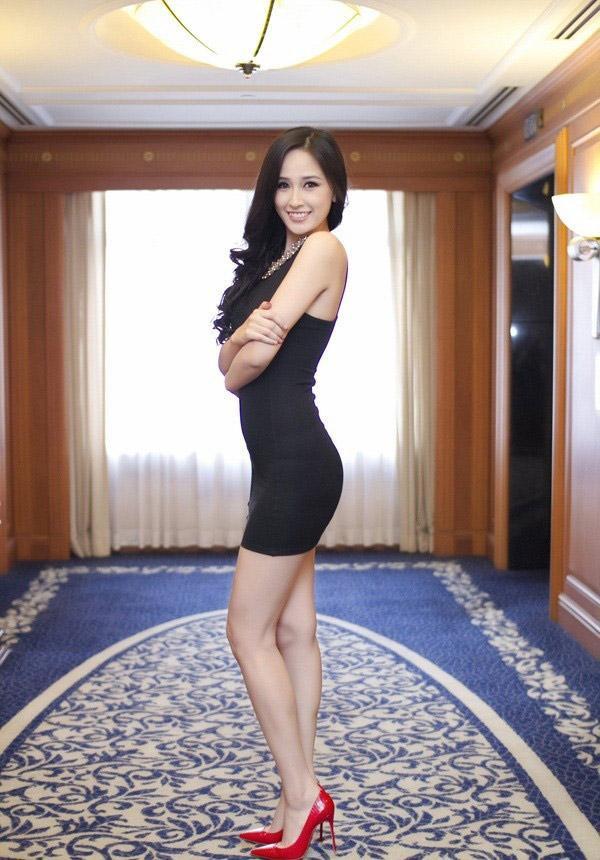 Cùng một kiểu váy, nhưng trong bức ảnh này nàng hậu đả biết cách phô bày dáng vóc. Cụ thể phần lưng được giữ thẳng, ngực và mông hơi ưỡn nhẹ, bụng hóp để có được đường cong chuẩn chữ S.