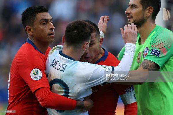 """Gary Medel mới đây đã gây """"bão"""" trên cộng đồng mạng sau tình huống lộn xộn với siêu sao Messi khiến cả 2 phải nhận thẻ đỏ rời sân. Sau khi trận đấu kết thúc, NHM tìm đến trang cá nhân của Medel để buông những lời lẽ không hay."""
