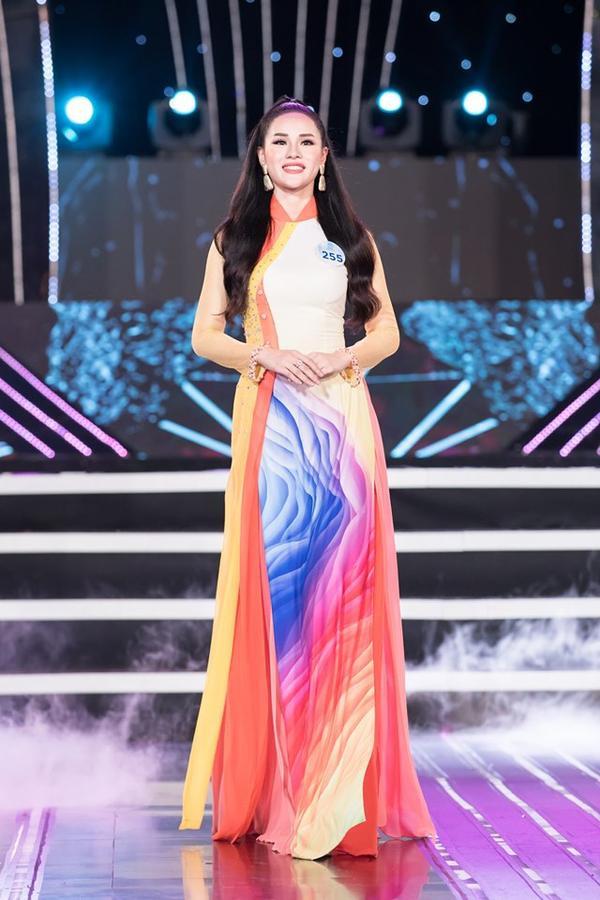 Huyền Trang trong phần thi áo dài truyền thống.