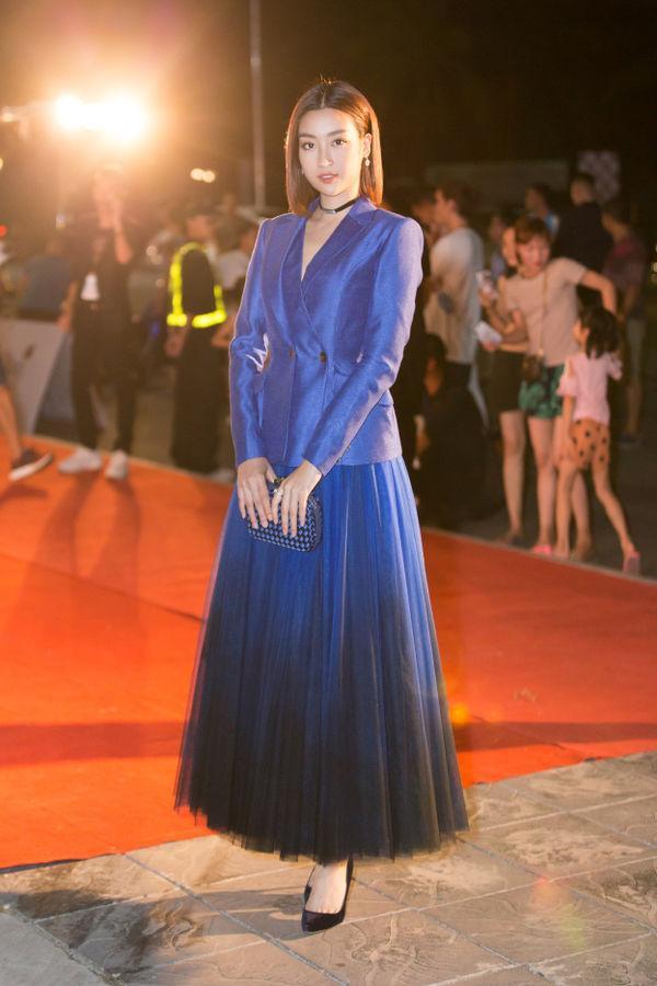 Đỗ Mỹ Linh mang đến hình tượng một cô gái thanh tao, nhã nhặn vói áo vest và chân váy dập pli xòe bồng.