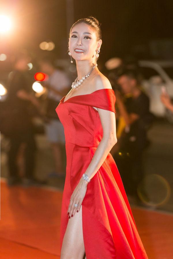 Cô chọn cho mình chiếc váy đỏ để thả dáng tại một sự kiện, phần móng tay cũng được chọn sao cho phù hợp, cùng màu trang phục.
