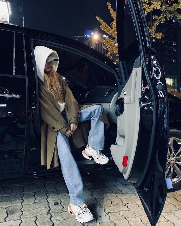 Style hip – hop với áo khoác hoodie hầm hố mix cùng quần jeans ống loe. Lisa luôn biết cách khiến bản thân trở nên cuốn hút.
