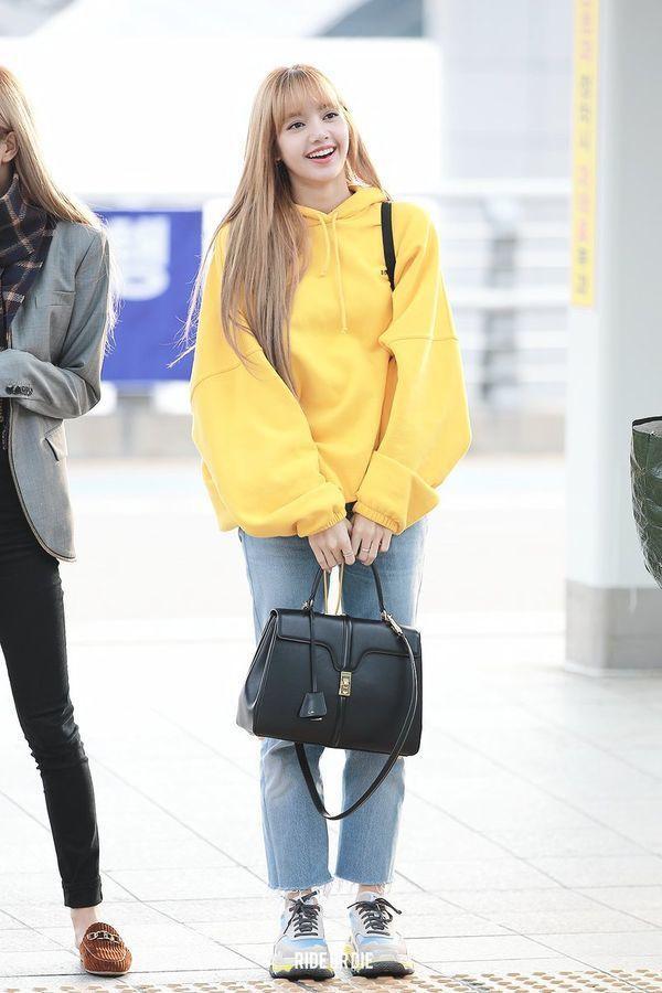 """Thời trang sân bay của """"búp bê Thái Lan"""" với chiếc áo hoodie màu vàng mix cùng quần jeans khiến cô nàng sáng bừng bừng"""