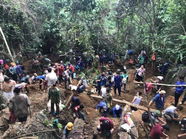 Công an huyện Lục Yên (Yên Bái) huy động gần 150 cảnh sát, dân quân ngăn người dân lên núi đào đá quý. Ảnh: Zing
