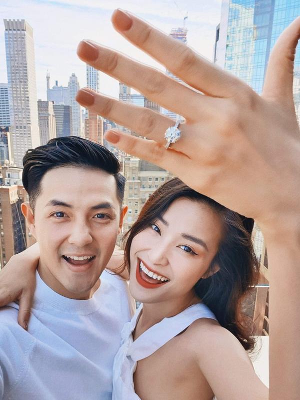 Ngày này cũng đã đến: Đông Nhi đeo nhẫn cưới, nói em đồng ý với lời cầu hôn của Ông Cao Thắng ảnh 0