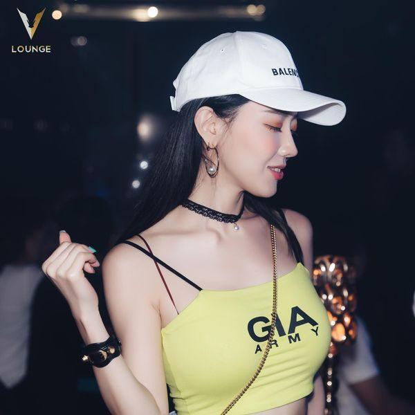Khắc Việt và vợ, Dương Khắc Linh cùng Sara Lưu, Ưng Đại Vệ, DJ Bunny S đều lần lượt check-in tại V.Lounge.