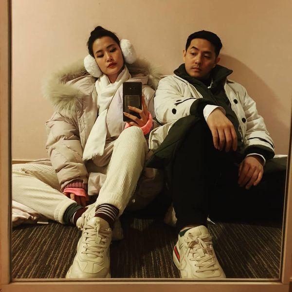 """Càng yêu nhau lâu nên càng giống nhau chăng. Đi chơi du lịch trong trang phục mùa đông vô cùng """" chất lừ""""."""