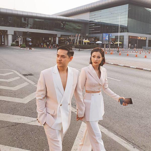 Khoảnh khắc ngọt ngào, tình tứ của cặp đôi tay trong tay lại còn diện chung kiểu suit màu hồng phấn nhạt pha trắng khiến bao nhiêu cô nàng đều mơ ước mình được giống như vậy