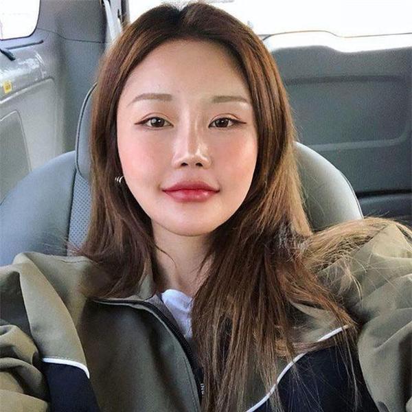 Biểu cảm đơ cứng trên khuôn mặt của Kim SoHee khiến cô trông như một búp bê vô hồn thiếu sức sống