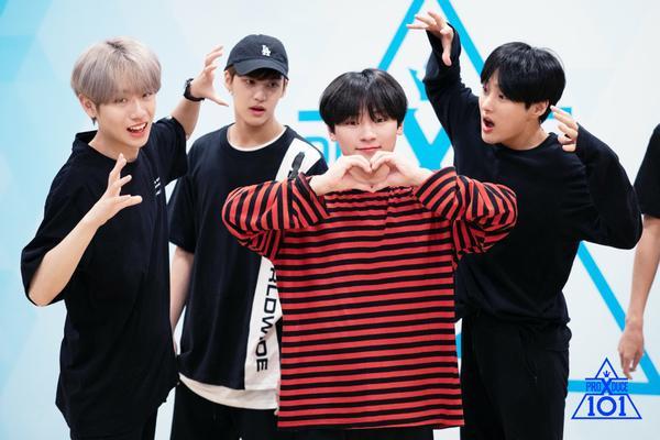 """Các thành viên của nhóm """"Super Special Girl"""". Trong khi Choi Soo Hwan bắn tim thì """"ác ma áo đen"""" Geum Dong Hyun, Song Yoo Bin và Kang Hyun Soo đang hù dọa."""