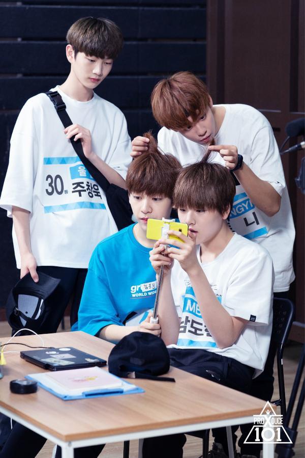 Tony mải nghịch tóc của Nam Do Hyun và Kim Dong Yoon. Trong khi, Joo Chang Wook đang nhìn vào chiếc điện thoại của Do Hyun.