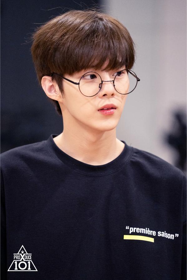 Kim Woo Seok đeo kính trông đáng yêu và trẻ trung hơn đúng không nào?
