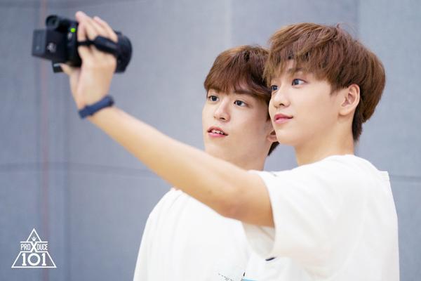 Có phải Kim Hyun Bin và Tony đang selfie không nhỉ?