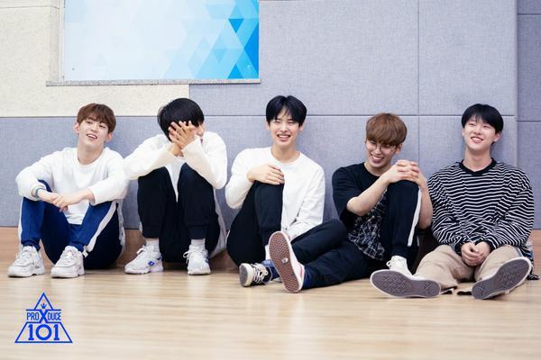 """Bức ảnh hiếm hoi của Choi Byung Chan và các thành viên của nhóm """"MOVE""""."""
