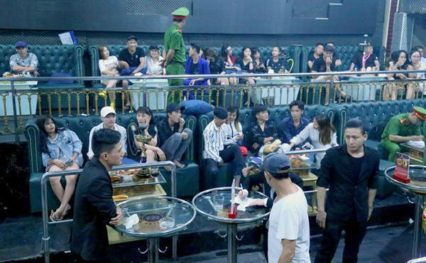 Công an kiểm tra phát hiệnhàng chục khách phê ma túy trong quán bar ở Bình Dương. (Ảnh: Zing.vn).