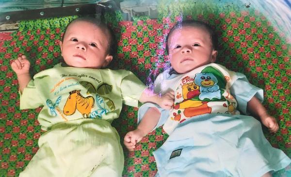 Hai bé Bảo Quốc, Bảo Khánh khi mới 9 tháng tuổi được bà Cúc giúp đỡ, chăm sóc.