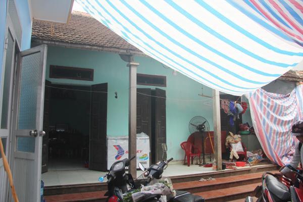 Ngôi nhà nhỏ nơi gia đình bà Cúc sinh sống.