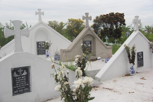 Dãy mộ chung chôn cất hơn 27.000 thai nhi tội nghiệp.