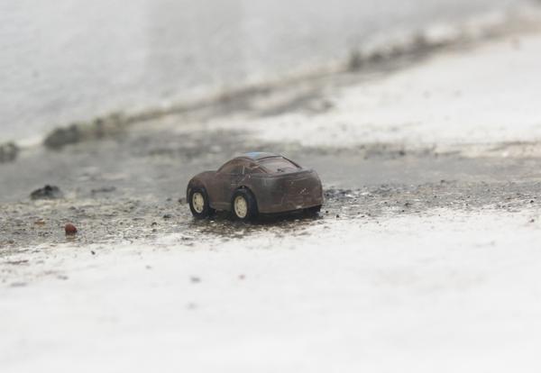 Chiếc ô tô đồ chơi ai đó đặt lên ngôi mộ chung.