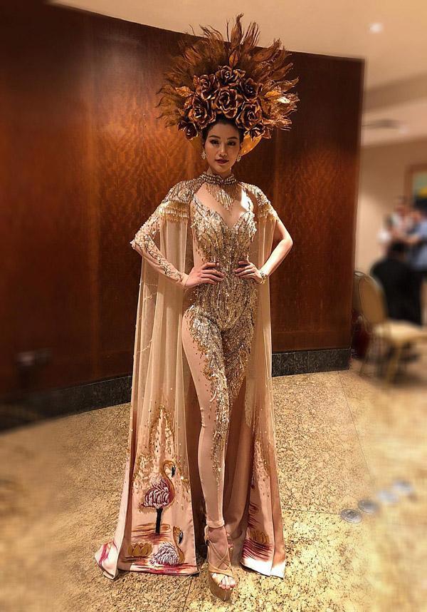Nhà thiết kế Linh San đã đưa hình ảnh nữ thần vào trang phục áo dài qua chi tiết mấn đội đầu.