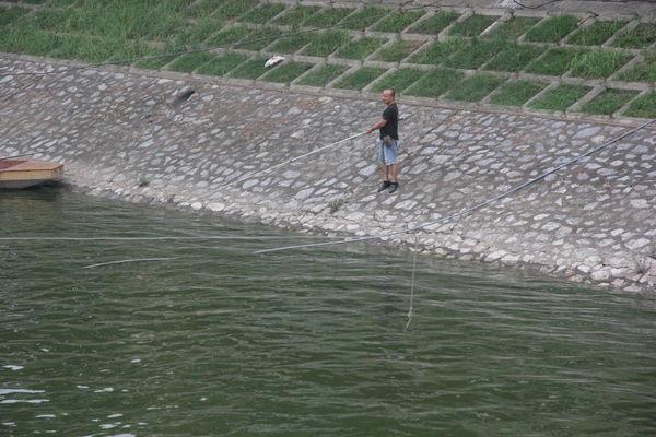 Nhiều người cũng thoải mái thư giãn câu cá.