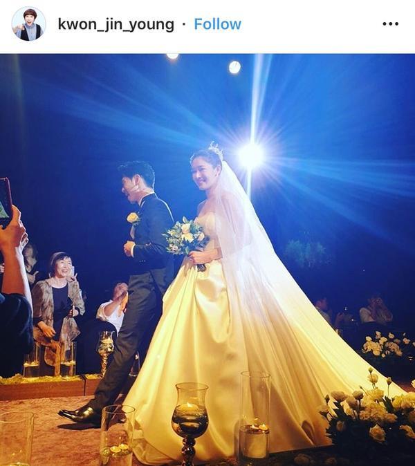 Kwon Jin Young đăng ảnh chúc phúc cặp vợ chồng.