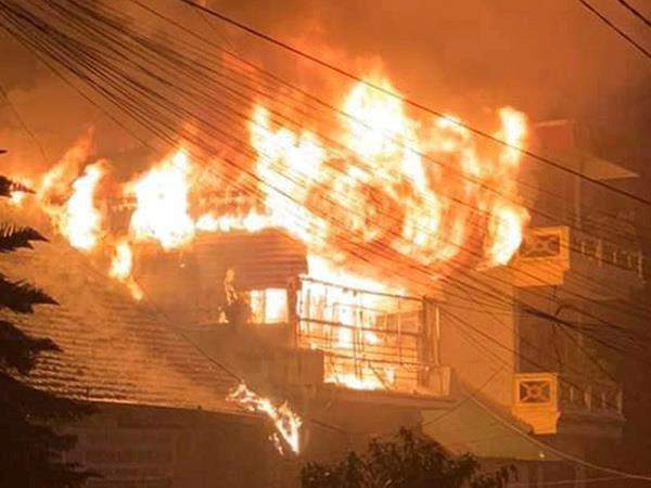 Đám cháy lớn tại ngôi nhà 3 tầng ở Sa Pa. (Ảnh: Báo Lào Cai).