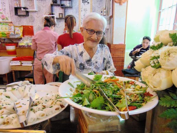 Một cụ bà năm nay đã 85 tuổi nhưng hầu như ngày nào cũng đi xe buýt từ xa đến để ghé quán dùng bữa trưa.