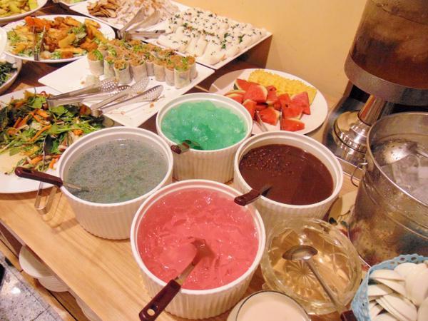Đầy đủ các món ăn từ món chính đến tráng miệng đều được chuẩn bị đầy đủ.