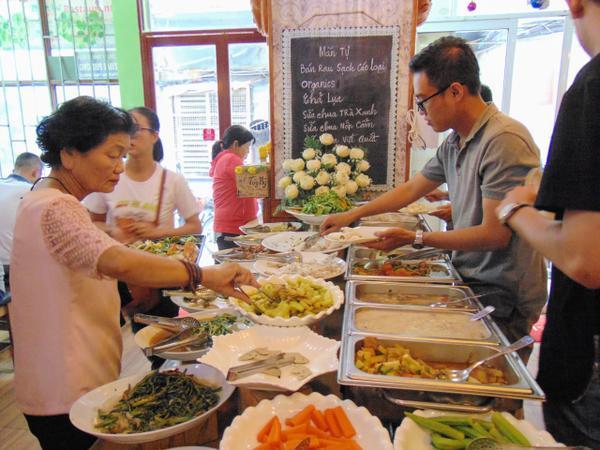 Mọi người đến ăn ở quán với tâm thế vui vẻ và sẵn sàng đóng góp theo khả năng của mình.