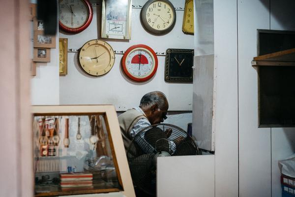 Một thợ hoàn kim đang tập trung làm việc trong cửa hàng của ông tại Jaipur.