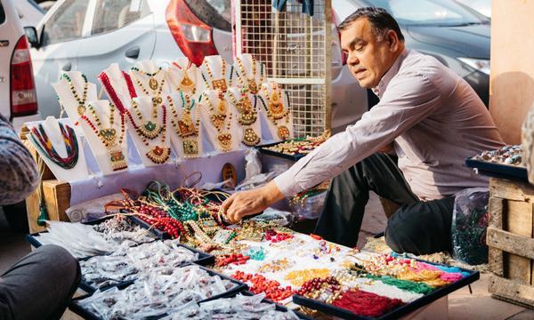 Nữ trang được bán ở ven đường như bán rau bán thịt tại các chợ.