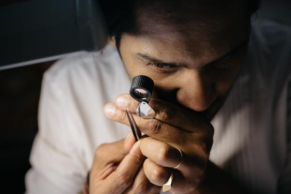 Akshat Ghiya đang kiểm tra một viên kim cương tại cơ sở Tallin của anh ở Jaipur.