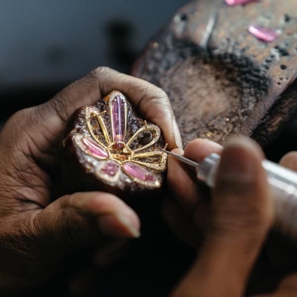 Những viên đá quý đang được đính vào một chiếc bông tai để hoàn thành tuyệt tác thiết kế này.
